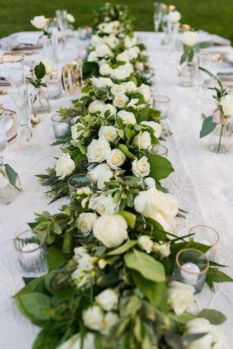 20. Mesa de jantar com centro de mesa de rosa branca – Via: Pinterest