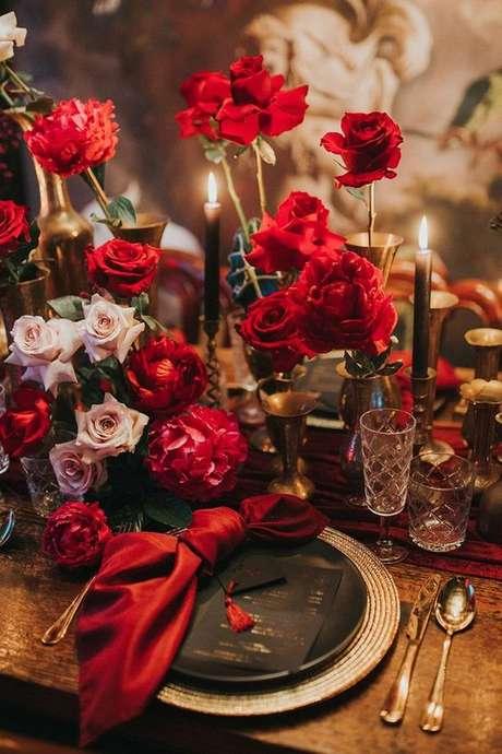 10. Jantar romântico decorado com rosas vermelhas – Via: The Weddign Playbook