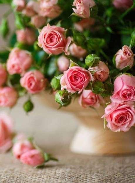 7. A mini rosa é delicada para compor lindos vasos decorativos – Via: Universalog