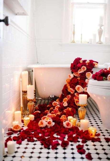11. Pétalas de rosas decorando a banheira do quarto romântico – Via: Pinterest