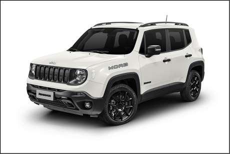 """Jeep Renegade Moab traz pneus de uso misto, ganchos em preto e visual escurecido na grade e nas rodas de 17""""."""