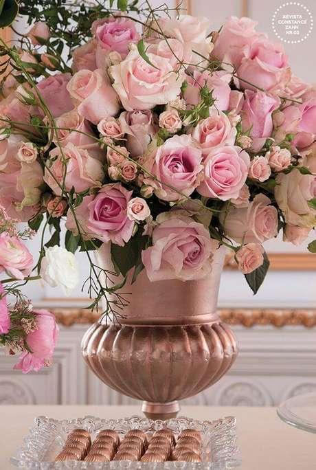 4. Vaso com rosas em tons de rosa claro – Via: Constance Zahn