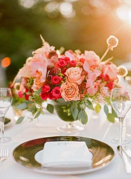 32. Arranjo delicado com rosas para decorar mesa de jantar – Via: Stewart Weddings