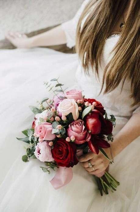 40. Noiva com buquê de rosa vermelha e peonia – Via: Casorio a Vista