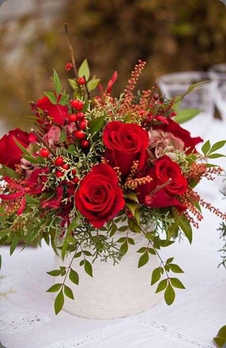 41. Arranjo com rosas vermelhas – Via: Pinterest