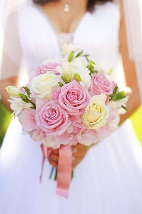 33. A rosa também é uma boa opção para buquê de noiva – Via: Pinterest
