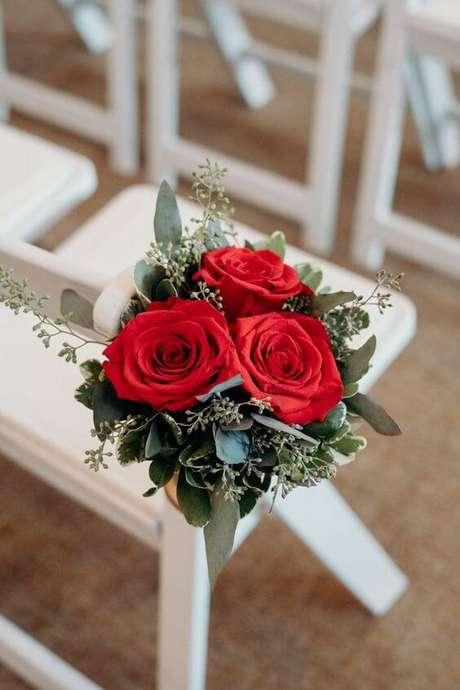 37. Cadeiras decoradas com rosas vermelhas – Via: Pinterest