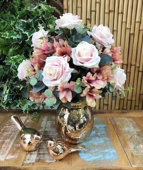 43. Vaso decorativo dourado com rosas em tons claros – Via: Pinterest