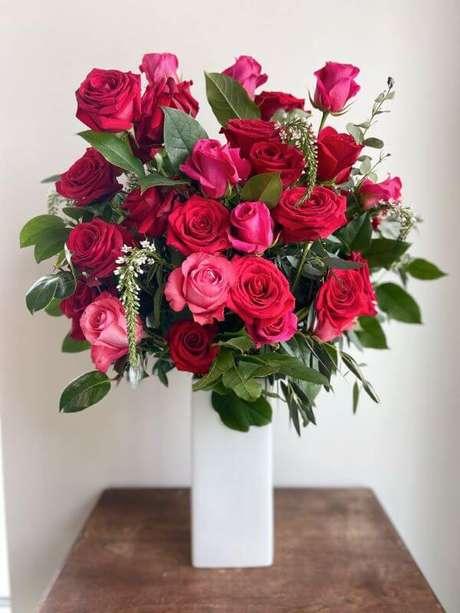 44. Vaso branco com rosas vermelhas e pink – Via: Pinterest