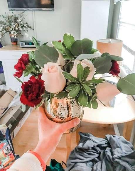 47. Decore sua casa com vaso de rosas – Via: Pinterest