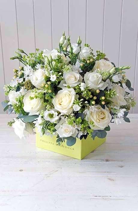 51. Vaso de rosas brancas – Via: Flowerona
