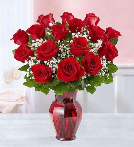 52. Vaso vermelho com rosas da mesma cor – Via: Pinterest
