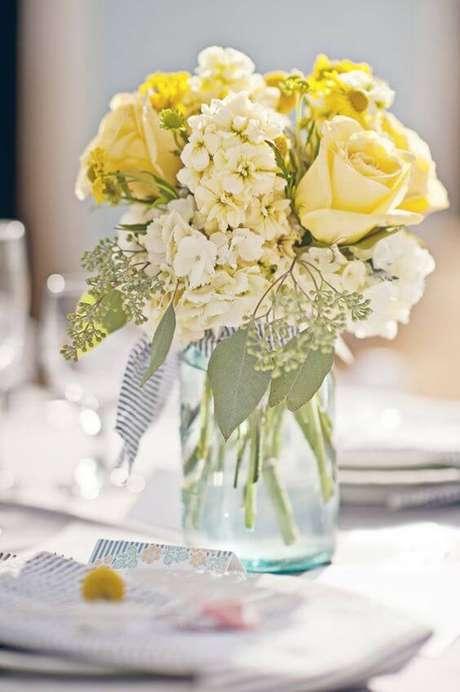 48. Vaso decorativo com rosa amarela – Via: Ruffledblog
