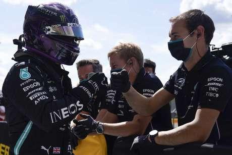 Lewis Hamilton comemora mais uma pole na carreira com a Mercedes