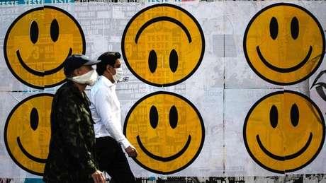 Pedestres usando máscaras em São Paulo; em junho, OMS mudou seu posicionamento sobre uso generalizado do item pela população