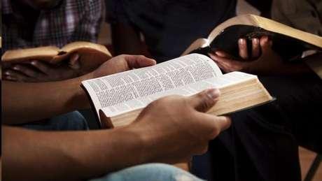 Pessoa lendo a bíblia