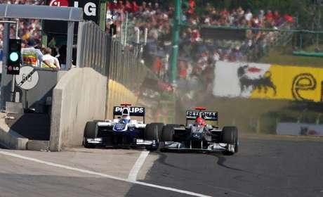 Rubens Barrichello é espremido, mas passa Michael Schumacher no GP da Hungria 2010