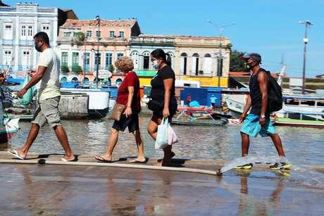 Pessoas caminham pelas ruas de Belém, no Pará
