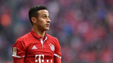 Thiago Alcântara tem atraído diversos gigantes europeus e não deve seguir no Bayern de Munique (AFP)