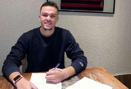 Gabriel Noga assina com o Flamengo até dezembro de 2024 (Foto: Divulgação)