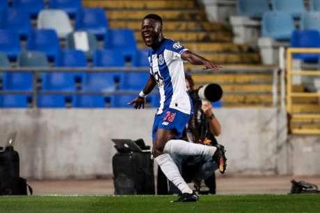 Mbemba marcou os dois gols do porto (Foto: CARLOS COSTA / AFP)