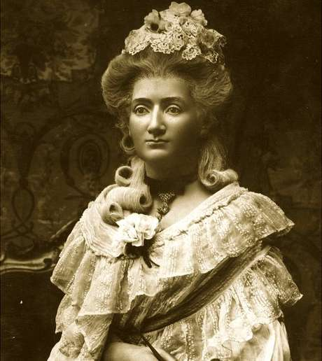 Embora mal soubesse ler ou escrever em francês e tivessechegado na Inglaterra sem falar inglês, Madame Tussaud triunfou