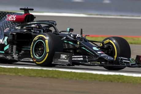 Lewis Hamilton marcou a pole-position do GP da Inglaterra
