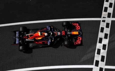 Max Verstappen bem que tentou, mas não conseguiu se aproximar da dupla da Mercedes