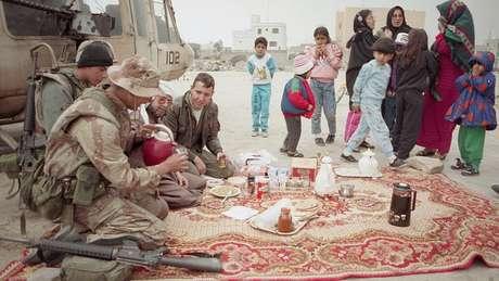 Boa parte do povo Kuwait deixou o país, mas muitos ficaram e ajudaram as forças da coalizão internacional