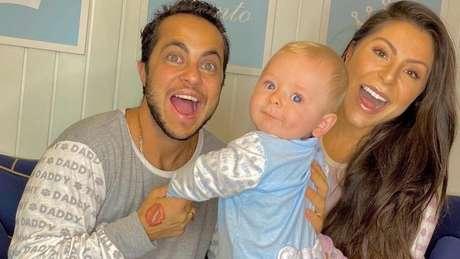 Thammy e a esposa Andressa Ferreira com o filho Bento, que nasceu em janeiro
