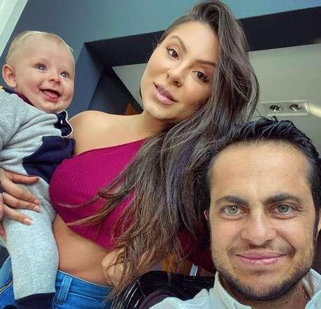 Bento, Andressa e Thammy posam em foto tirada na casa da família, em SP