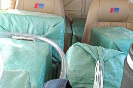 Malotes com cocaína em avião apreendido pela FAB