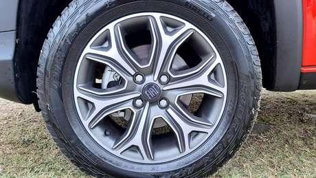 """Rodas de liga leve de 15"""" com pintura cinza e excelente pneus Pirelli Scorpion ATR."""