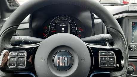 Quadro de instrumentos pobre e emprestado do Fiat Uno: nova Strada merecia algo melhor.