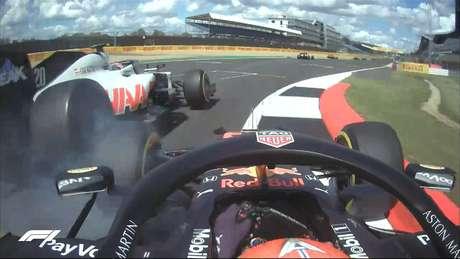 Kevin Magnussen e Alexander Albon em incidente no início do GP da Inglaterra