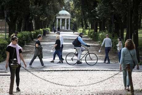 Italianos passeando na Vila Borghese, em Roma