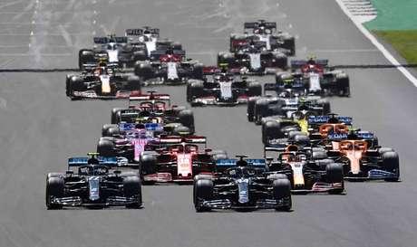 A largada do GP da Inglaterra: nem no apagar das luzes Bottas conseguiu se colocar como ameaça à vitória de Hamilton