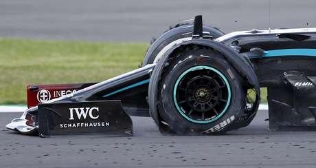 Lewis Hamilton bateu os 230 km/h com três pneus