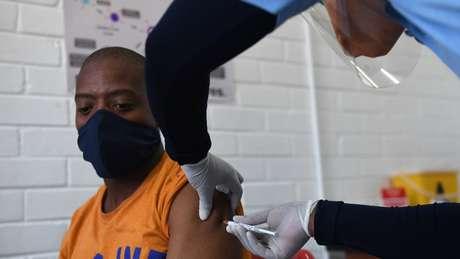 Um voluntário recebe a vacina de Oxford na África do Sul. Confirmar a eficácia da vacina na prevenção de infecções requer testá-la em países com um número alto de casos, como o Brasil