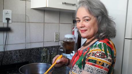 A médica Nina de Queiroz usa cannabis para preparar comida: 'Funciona muito bem para mim'