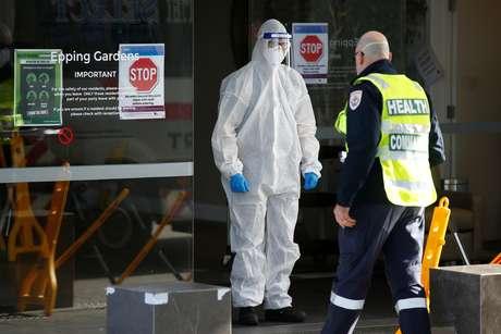 Profissionais de saúde em casa de repouso que enfrenta surto de Covid-19 em Melbourne 30/07/2020 AAP Image/Daniel Pockett via REUTERS
