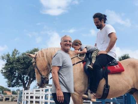 Romulo Estrela com o pai e o filho em fazenda