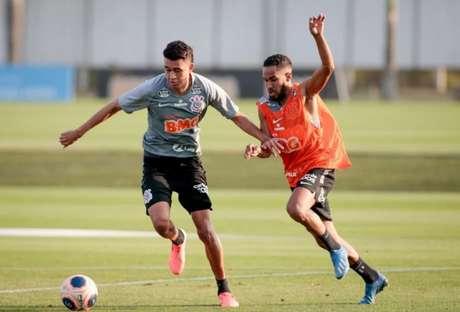 Cantillo treinou com bola e deve ser relacionado para a decisão (Foto:Rodrigo Coca)
