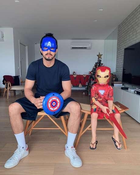Romulo Estrela, de Capitão América, e o filho, Theo, como Homem de Ferro