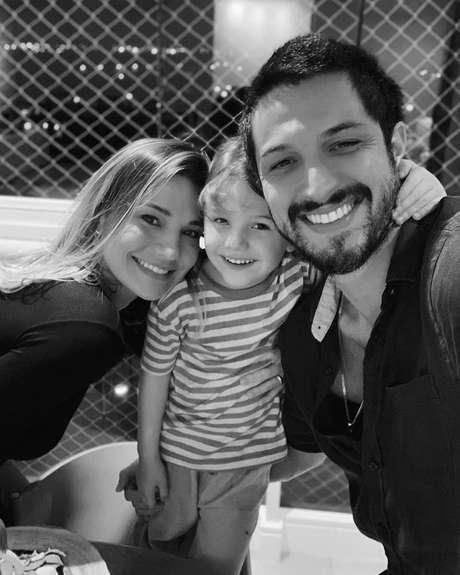 Nilma Quariguasi, Théo, o filho do casal, e Romulo Estrela