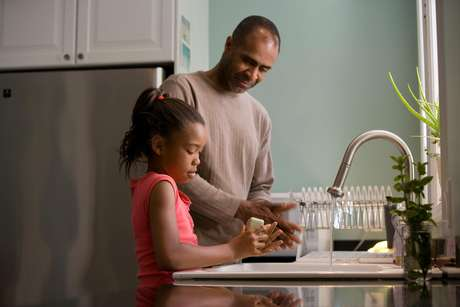 """Não ofereça """"mesadas"""" pelas tarefas que seu filho faz em casa"""