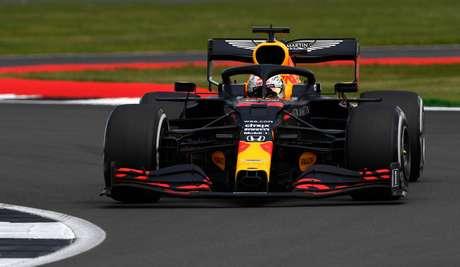 Max Verstappen ficou muito perto da vitória, mas fechou em segundo
