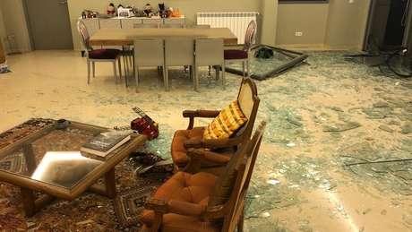 Apartamento de brasileiros em Beirute ficou cheio de estilhaços de vidro