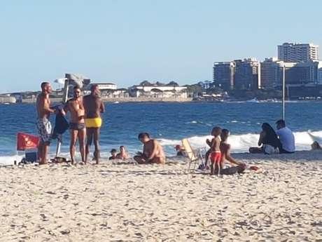 Proibição de ficar na areia não vem sendo seguida pelos frequentadores das praias do Rio