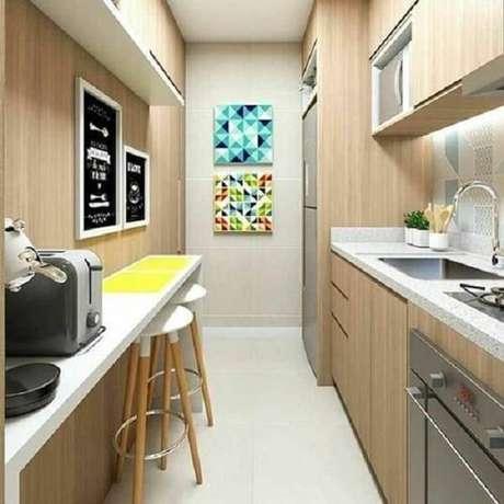 64. A disposição dos quadros decorativos para cozinha se conectam com o espaço. Fonte: Pinterest